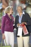 Mulheres felizes com sacos de compras foto de stock royalty free