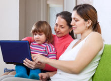 Mulheres felizes de três gerações com netbook Imagens de Stock