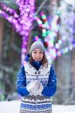 Mulheres felizes do inverno em luzes de Natal da neve do parque Imagem de Stock Royalty Free