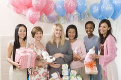 Mulheres felizes em uma festa do bebê imagem de stock