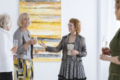 Mulheres felizes na galeria de arte imagem de stock royalty free