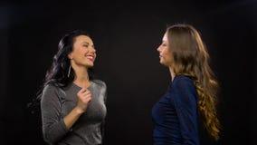 Mulheres felizes que dançam no partido ou no disco vídeos de arquivo