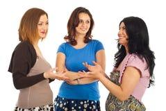 Mulheres felizes que têm a conversação foto de stock