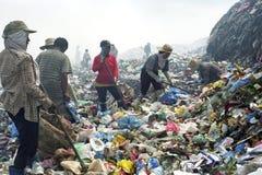 Mulheres filipinas de trabalho na descarga de lixo, reciclando fotografia de stock royalty free