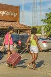 Mulheres frescas pretas que chegam na cidade Imagem de Stock Royalty Free