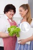 Mulheres gordas e excessos de peso que falam sobre a nutrição Imagem de Stock