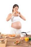 Mulheres grávidas com o alimento e as bebidas para a saúde Imagens de Stock