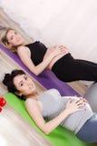 Mulheres gravidas com as grandes bolas ginásticas Foto de Stock