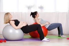 Mulheres gravidas com as grandes bolas ginásticas Fotografia de Stock