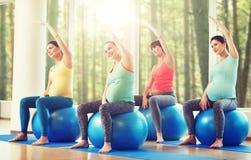 Mulheres gravidas felizes que exercitam no fitball no gym Fotos de Stock Royalty Free