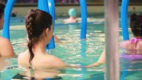 Mulheres gravidas na ginástica aeróbica do aqua filme