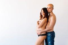 Mulheres gravidas novas com seu marido no estúdio Fotos de Stock Royalty Free