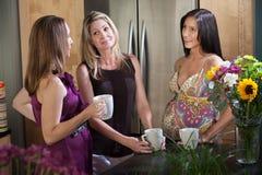 Mulheres gravidas que apreciam o café Fotografia de Stock