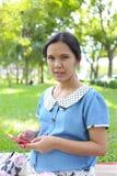 Mulheres gravidas que usam smartphones para procurar para obter informações sobre de Imagens de Stock