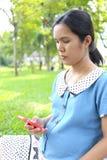Mulheres gravidas que usam smartphones para procurar para obter informações sobre de Imagem de Stock