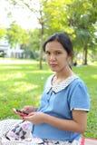 Mulheres gravidas que usam smartphones para procurar para obter informações sobre de Foto de Stock