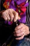 Mulheres idosas que abrem o frasco da medicamentação fotos de stock royalty free