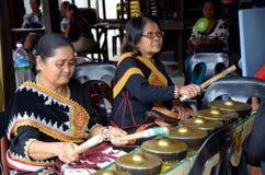 Mulheres idosas que jogam o gongo Imagens de Stock