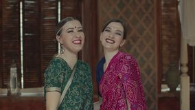 Mulheres indianas à moda no sari que riem alegremente video estoque