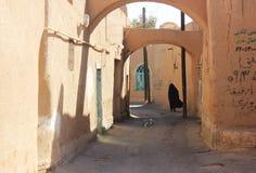 Mulheres iranianas na rua velha do yazd Foto de Stock