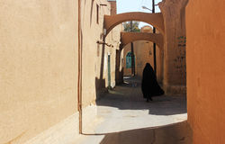 Mulheres iranianas na rua velha do yazd Fotos de Stock