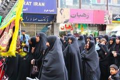 Mulheres iranianas vestidas no preto em uma procissão religiosa fotografia de stock royalty free