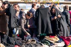 Mulheres iraquianas que compram a roupa do inverno Fotos de Stock