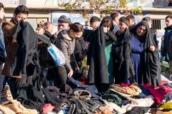 Mulheres iraquianas que compram a roupa do inverno Foto de Stock Royalty Free