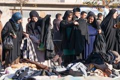 Mulheres iraquianas que compram a roupa do inverno Foto de Stock