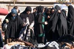Mulheres iraquianas que compram a roupa do inverno Imagens de Stock