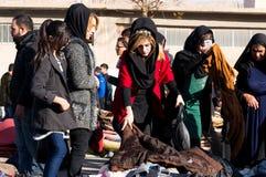 Mulheres iraquianas que compram a roupa do inverno Fotografia de Stock Royalty Free