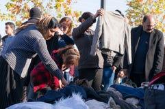 Mulheres iraquianas que compram a roupa do inverno Imagem de Stock Royalty Free