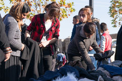 Mulheres iraquianas que compram a roupa do inverno Imagem de Stock
