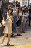 Mulheres japonesas elegantes que estão na rua Imagem de Stock