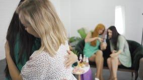 Mulheres jovens muito caucasianas se abraçando e sorrindo Loura abraçando sua amiga grávida Companhia feminina celebrando vídeos de arquivo