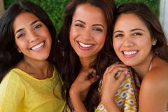 Mulheres latino-americanos bonitas que sorriem na praia Imagens de Stock Royalty Free