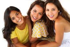 Mulheres latino-americanos bonitas que sorriem na praia Fotografia de Stock Royalty Free