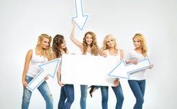 Mulheres lindos que promovem a venda Imagem de Stock