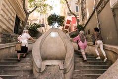 Mulheres locais das pessoas idosas que escalam lentamente escadas de Kamondo Fotografia de Stock Royalty Free