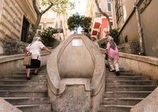 Mulheres locais das pessoas idosas que escalam lentamente escadas de Kamondo Fotos de Stock