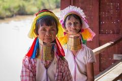 Mulheres longo-necked do tribo do tribo do padaung do retrato Lago Inle, Myanmar, Burma foto de stock