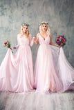 Mulheres louras bonitas no sorriso cor-de-rosa do vestido de noite Fotos de Stock