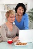 Mulheres maduras com um caderno Fotografia de Stock