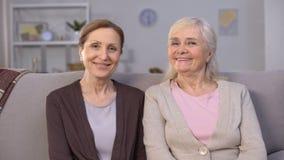Mulheres maduras de sorriso que levantam para a câmera, de alta qualidade da vida dos povos da aposentadoria filme