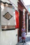 Mulheres mexicanas idosas que vendem o Ca tecido feito à mão mexicano tradicional foto de stock