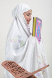 Mulheres muçulmanas que lêem Koran Fotos de Stock Royalty Free