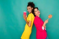 Mulheres multi-étnicos alegres no fundo do estúdio do azur Imagem de Stock Royalty Free