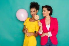 Mulheres multi-étnicos alegres no fundo do estúdio do azur Foto de Stock Royalty Free