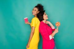 Mulheres multi-étnicos alegres no fundo do estúdio do azur Fotografia de Stock Royalty Free