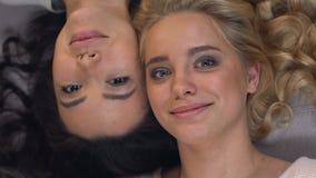 Mulheres multirraciais felizes que encontram-se cara a cara, amizade internacional, nenhum racismo vídeos de arquivo